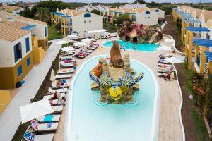 Piscina del hotel paradise club