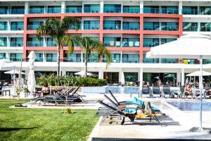 Piscina de un hotel para ir con niños en Algarve
