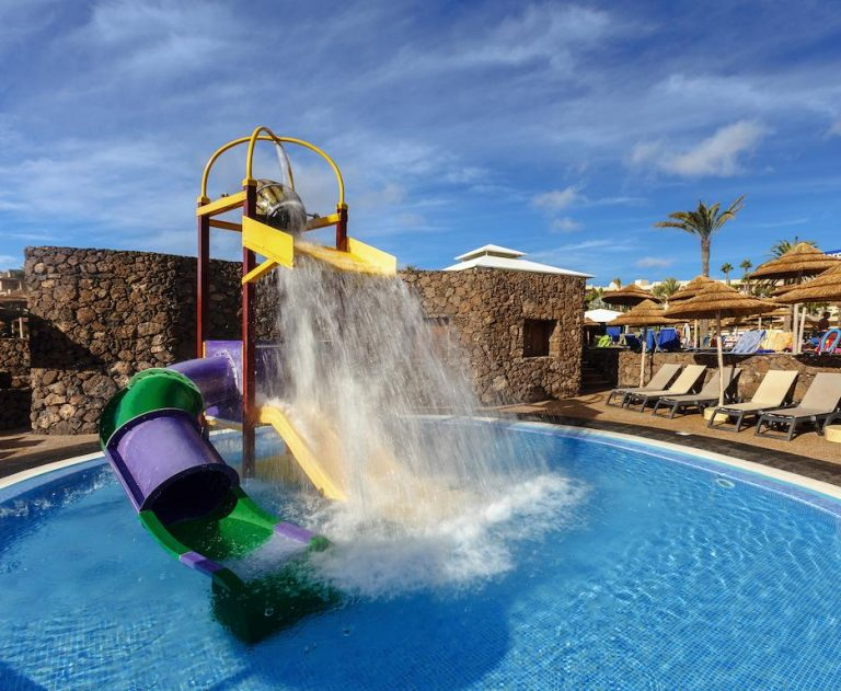 buen hotel con toboganes para niños en Lanzarote