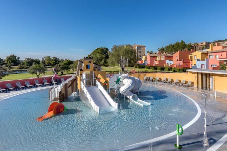 piscina y toboganes