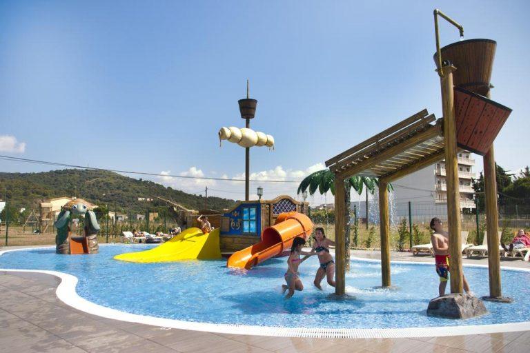 piscina con toboganes