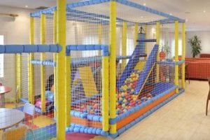 Club infantil con juegos en el hotel GHT Maritim Calella