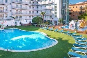 Piscina del hotel GHT Calella