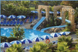 Piscina del hotel para niños en Huela